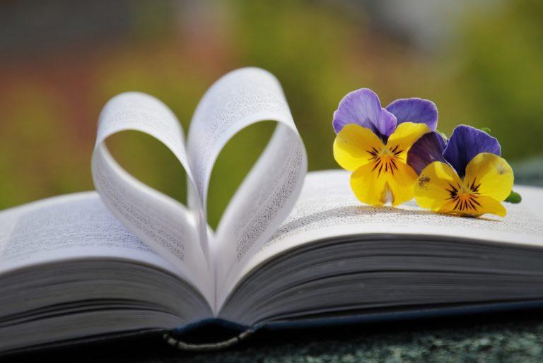 Kirja, sydän ja kukkia